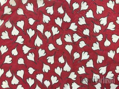 Жоржет красный с белым цветами
